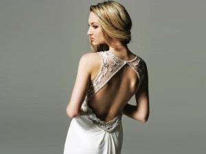 Распущенные волосы под платье с открытой спиной