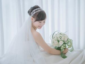 Прическа для пышного наряда невесты