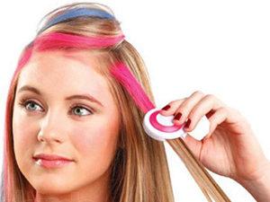 Процесс покраски волос мелками