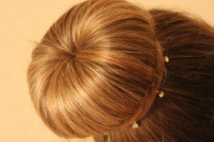 Прическа шишка для коротких волос