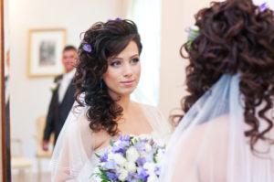 Свадебная прическа кудри на бок