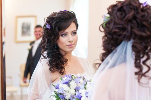 Прическа кудри на бок на средние волосы фото