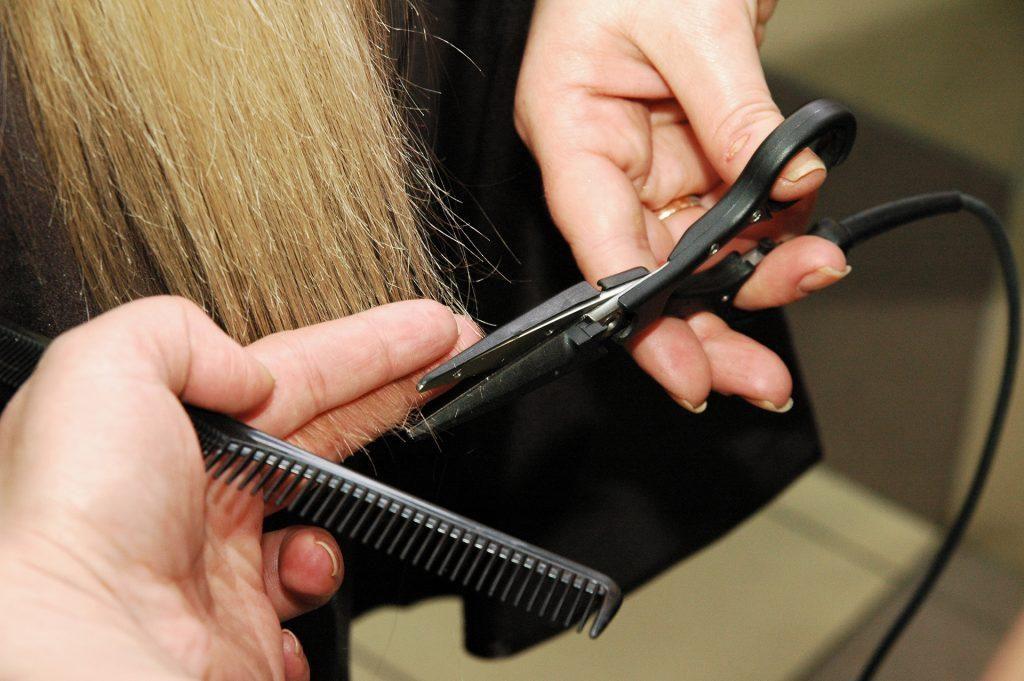 Стрижка поврежденных участков волос