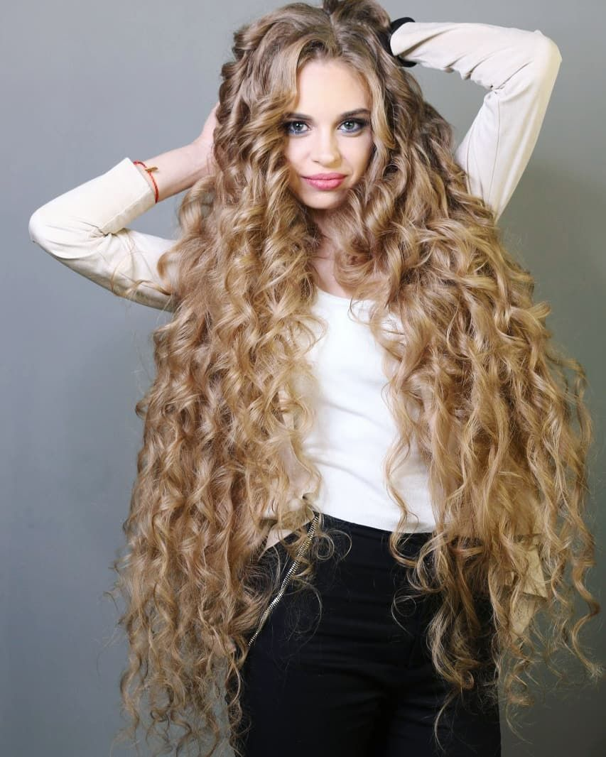 Волнистые волосы.